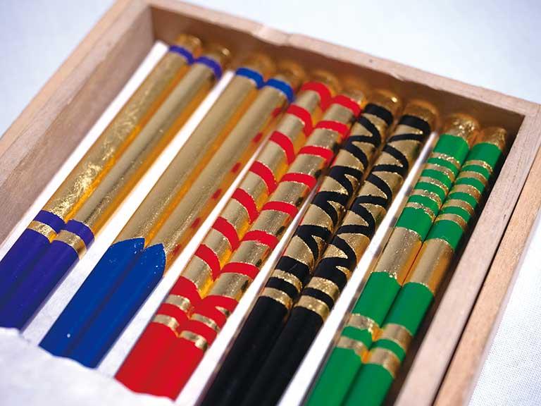 美しい輝きの金箔貼りの箸作り
